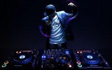 """Công việc của DJ là """"pha trộn"""" âm thanh, điều chỉnh và làm mới các bản nhạc"""